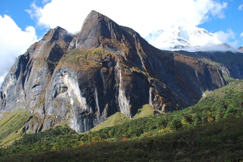 Granite walls along trekking route 2